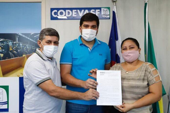 Assinado convênio para pavimentação em bloquetes do Povoado Itans
